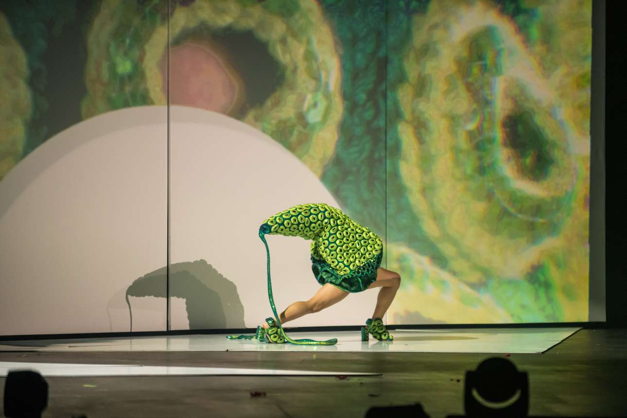 Η Τζέσικα Τόμπσον φαντάζεται τι συμβαίνει «κάτω από το μικροσκόπιο», γα την ομώνυμη κατηγορία του διαγωνισμού