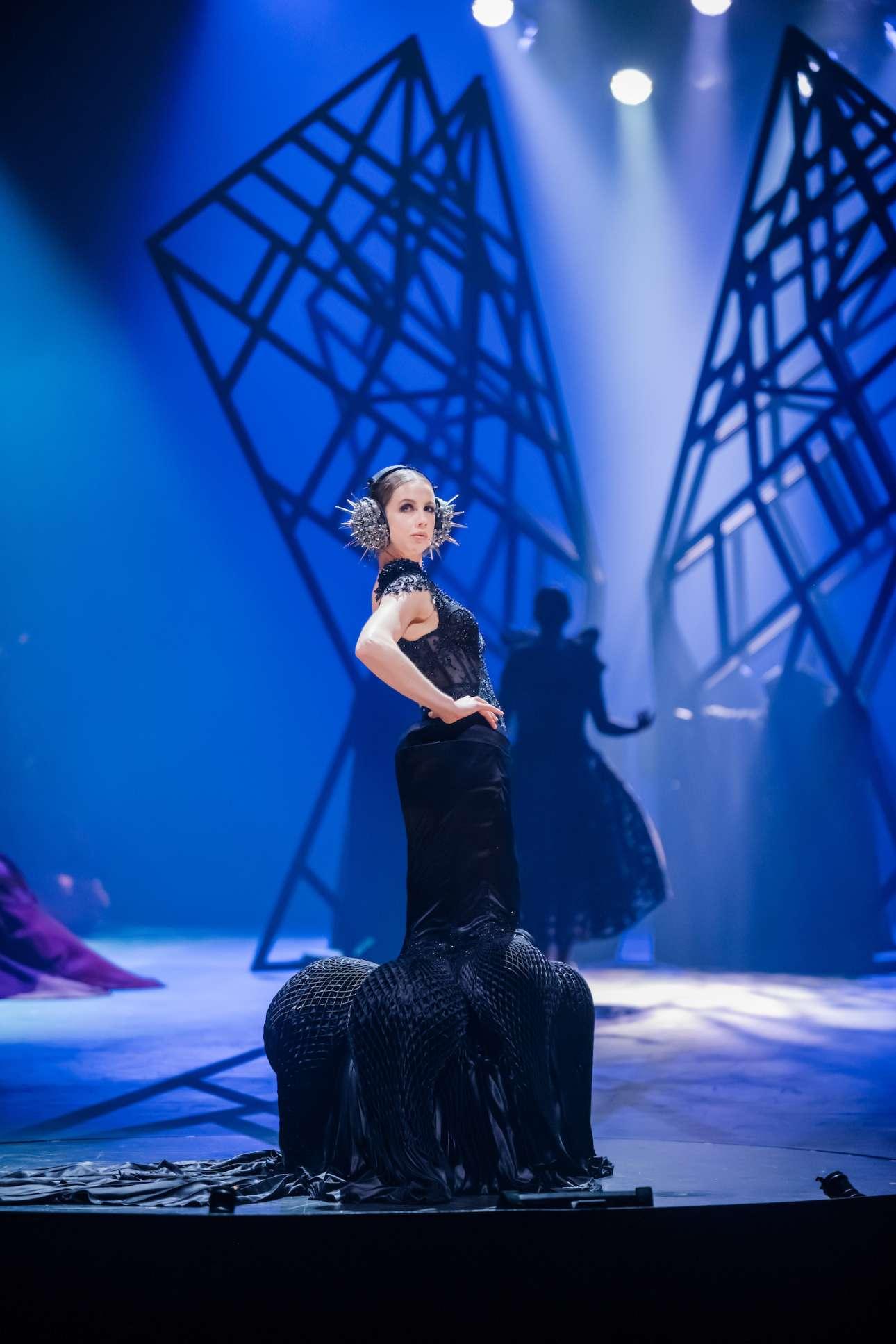 Η Νάταλι Χάτον μετατρέπει σε φόρεμα την αίσθηση του να ακούς μουσική και να ανατριχιάζεις, με τη βοήθεια 50 μέτρων μεταξιού ραμμένo προσεκτικά στο χέρι