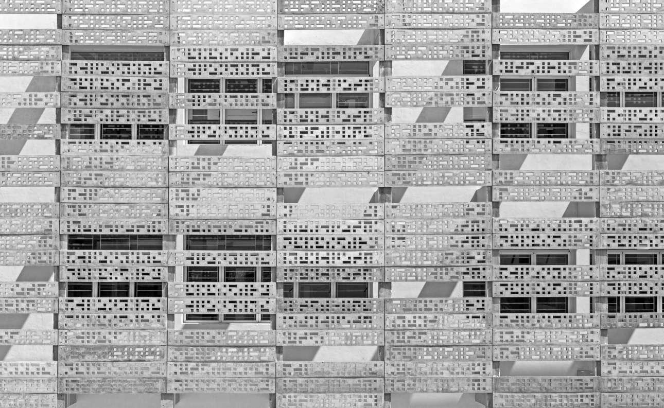 Πρόσοψη του κτιρίου «VM Estancia» με στοιχεία από διάτρητο τσιμέντο, σε σχέδια του γραφείου «KSM Architecture», στο Τσενάι, Ταμίλ Ναντού στην Ινδία