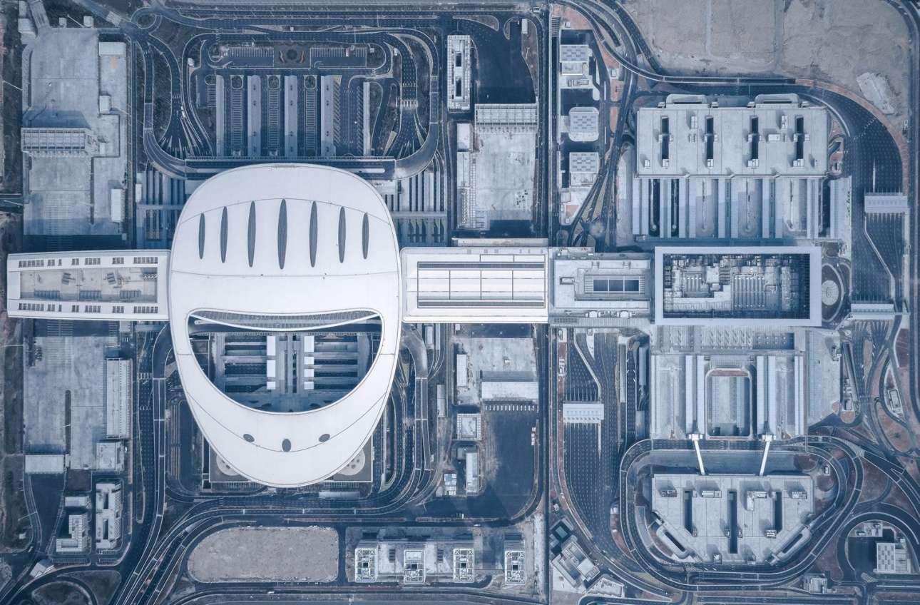Το νέο τεχνολογικό θαύμα της Κίνας είναι μια γέφυρα 55 χλμ. με 6 λωρίδες κυκλοφορίας, 4 σήραγγες (μία υποθαλάσσια) που στηρίζεται σε 4 τεχνητά νησιά και συνδέει το Χονγκ-Κονγκ με το Μακάο και το Τσουκάι