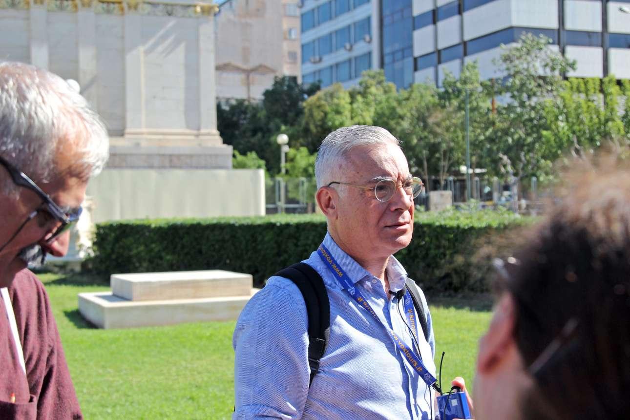 Ο Νίκος Βατόπουλος μπροστά από τα Προπύλαια δίνει πληροφορίες για την εμβληματική Αθηναϊκή Τριλογία: Πανεπιστήμιο - Ακαδημία – Βιβλιοθήκη