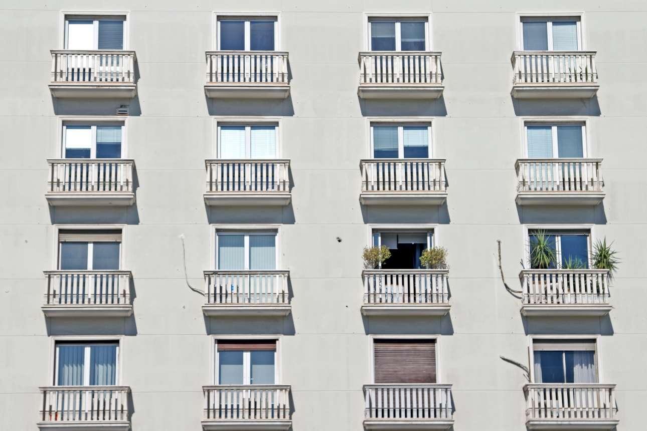 Κτίριο γραφείων από τα μέσα της δεκαετίας του 1950 στη γωνία των οδών Πανεπιστημίου και Ιπποκράτους. Σχεδιασμένο από τον αρχιτέκτονα Σπύρο Στάικο στις γραμμές του κλασικότροπου μοντερνισμού που ήταν δημοφιλής τα πρώτα μεταπολεμικά χρόνια στην αστική Αθήνα