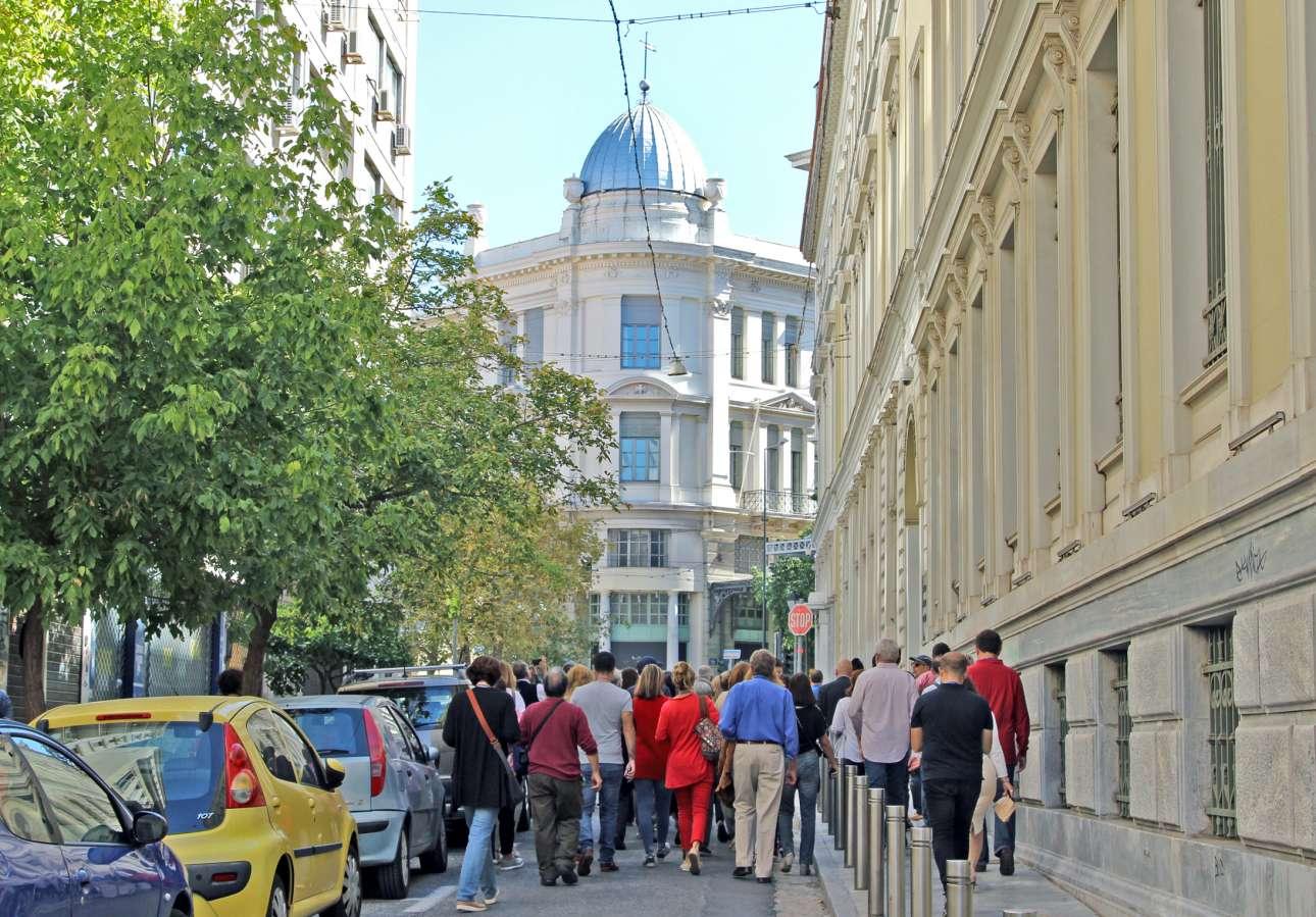 Αποψη του τρούλου στο κτιριακό συγκρότημα του Νέου Αρσακείου, όπως φαίνεται από τη μικρή οδό Γεωργίου Σταύρου προς τη Σταδίου. Είναι έργο του Ερνέστου Τσίλλερ από το 1907, ο οποίος σχεδίασε ένα εμπορικό κτίριο κατά τα πρότυπα των ευρωπαϊκών στοών