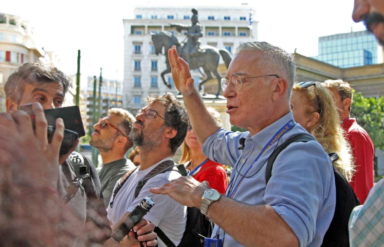 Ο Νίκος Βατόπουλος μπροστά στο άγαλμα του Κολοκοτρώνη, έξω από το Μέγαρο της Παλαιάς Βουλή, ξεναγεί τους «αθηναίους τουρίστες»... στην πόλη τους