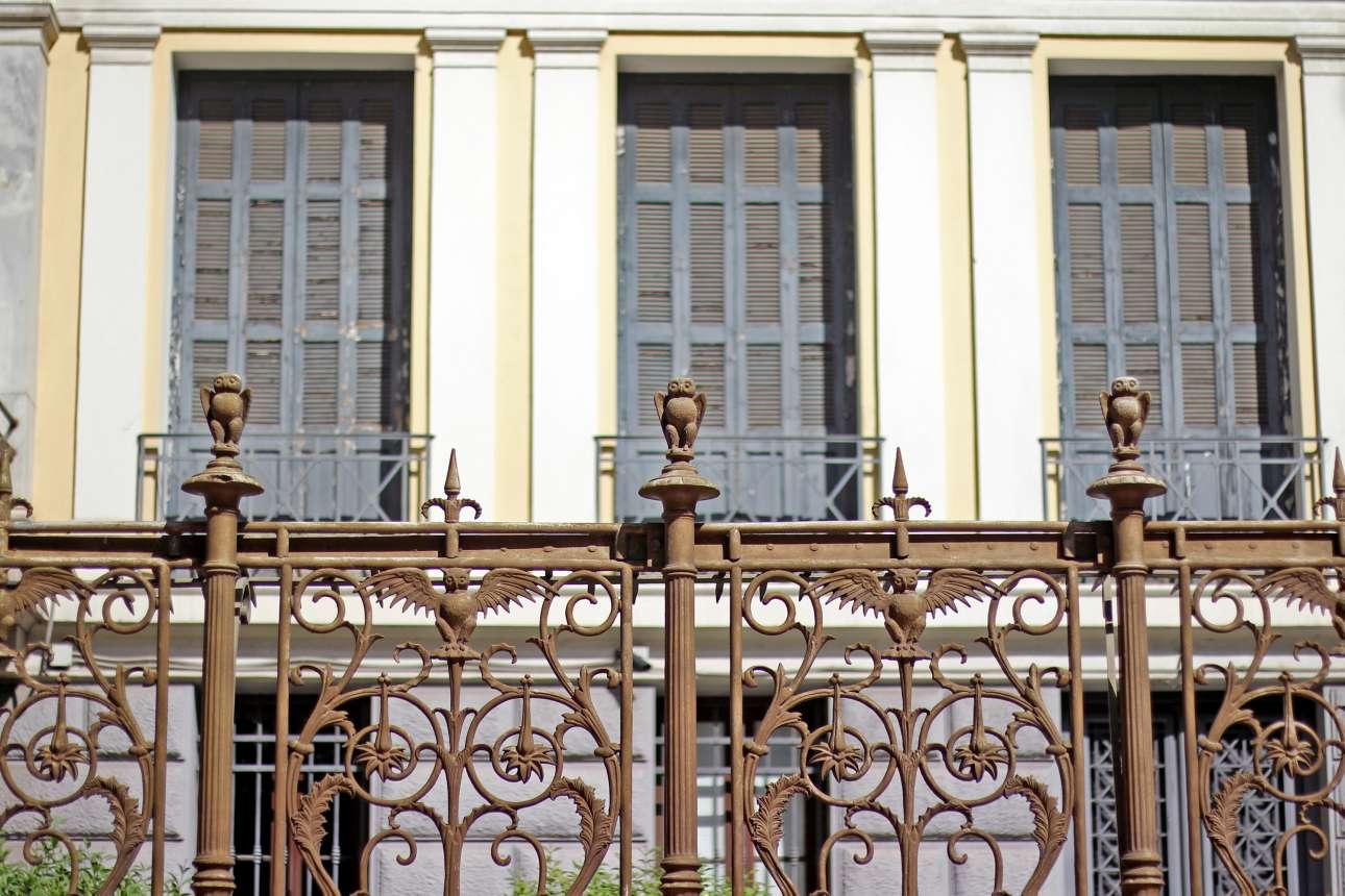 Οι μικρές γλαύκες, έμβλημα γνώσης και σοφίας, στο σιδερένιο εξωτερικό κιγκλίδωμα στο Ιλίου Μέλαθρον, στην οδό Πανεπιστημίου, όπου τα τελευταία χρόνια στεγάζεται το Νομισματικό Μουσείο. Ηταν η κατοικία του Ερρίκου Σλήμαν σχεδιασμένη από τον Ερνέστο Τσίλλερ