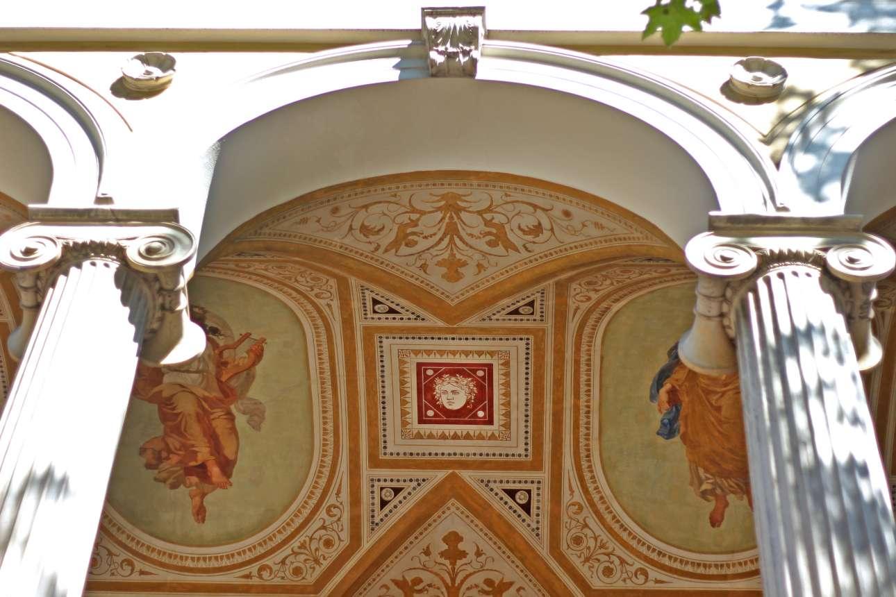 Ο πλούσιος διάκοσμος στη «λότζα», τον σκεπαστό, αψιδωτό εξώστη, στο Ιλίου Μέλαθρον φέρει όλα τα σύμβολα και την εικονογραφία του 19ου αιώνα, όπως αυτή την κεφαλή της Μέδουσας