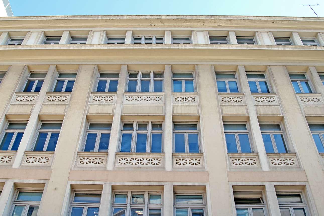 Το μεσοπολεμικό μέγαρο της Εθνικής Ασφαλιστικής στην οδό Κοραή ήταν ένα μοντέρνο κτίριο της Αθήνας στη δεκαετία του '30. Χρησιμοποιήθηκε από τους ναζί. Εκεί ήταν η διαβόητη Κομαντατούρ