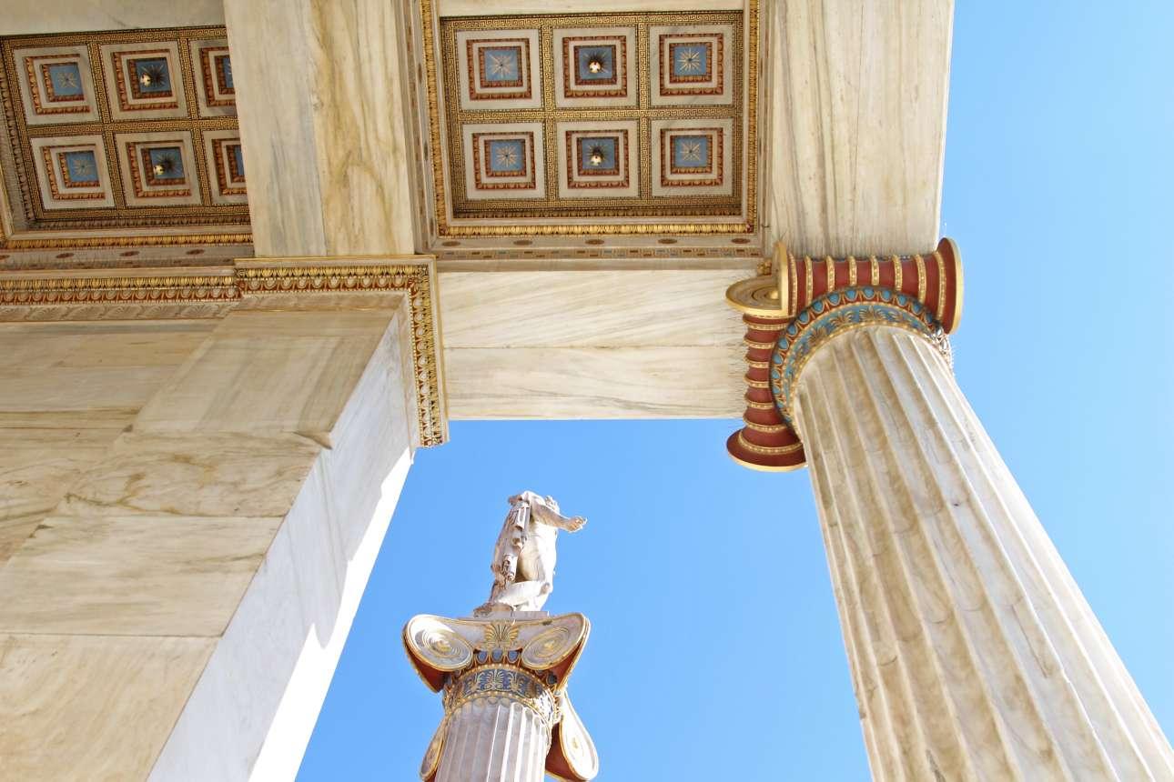 Λεπτομέρειες από τους κίονες και τον διάκοσμο της Ακαδημίας. Tο μέγαρο της Aκαδημίας Aθηνών σχεδιάστηκε το 1859 από τον δανό αρχιτέκτονα Θεόφιλο Χάνσεν