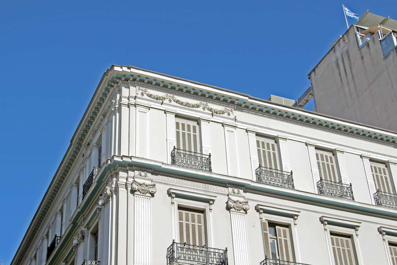 Πανεπιστημίου και Εμμανουήλ Μπενάκη. Χτισμένο το 1915, σε σχέδια Παναγιώτη Ζίζηλα, το πρώην ξενοδοχείο «Παλλάδιον» ήταν ένα από τα πολλά ξενοδοχεία της Αθήνας στην ευρύτερη ακτίνα της Ομόνοιας