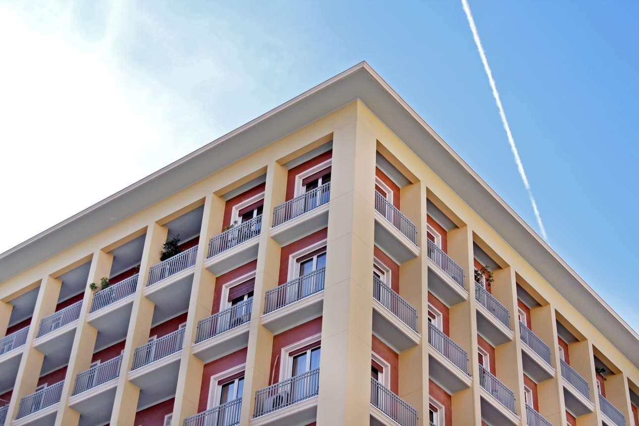 To υπουργείο Εσωτερικών στην πλατεία Κλαυθμώνος, Σταδίου και Δραγατσανίου. Είναι κτίριο από τα τέλη της δεκαετίας του '50 σχεδιασμένο από τον αρχιτέκτονα Ανδρέα Πλουμιστό σε ύφος κλασικότροπου μοντερνισμού. Χαρακτηριστικό οι κλειστοί εξώστες και το κόκκινο χρώμα στις εσοχές