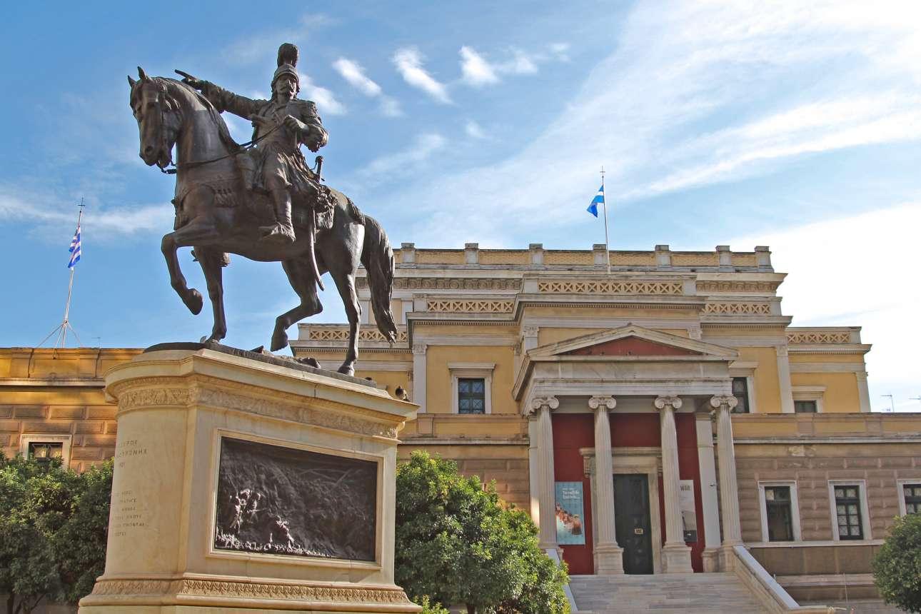 Το εκπληκτικό νεοκλασικό κτίριο της Παλαιάς Βουλής στην οδό Σταδίου, το οποίο σήμερα στεγάζει το Εθνικό Ιστορικό Μουσείο. Μπροστά του δεσπόζει το μπρούντζινο άγαλμα του στρατηγού Θεόδωρου Κολοκοτρώνη πάνω σε άλογο