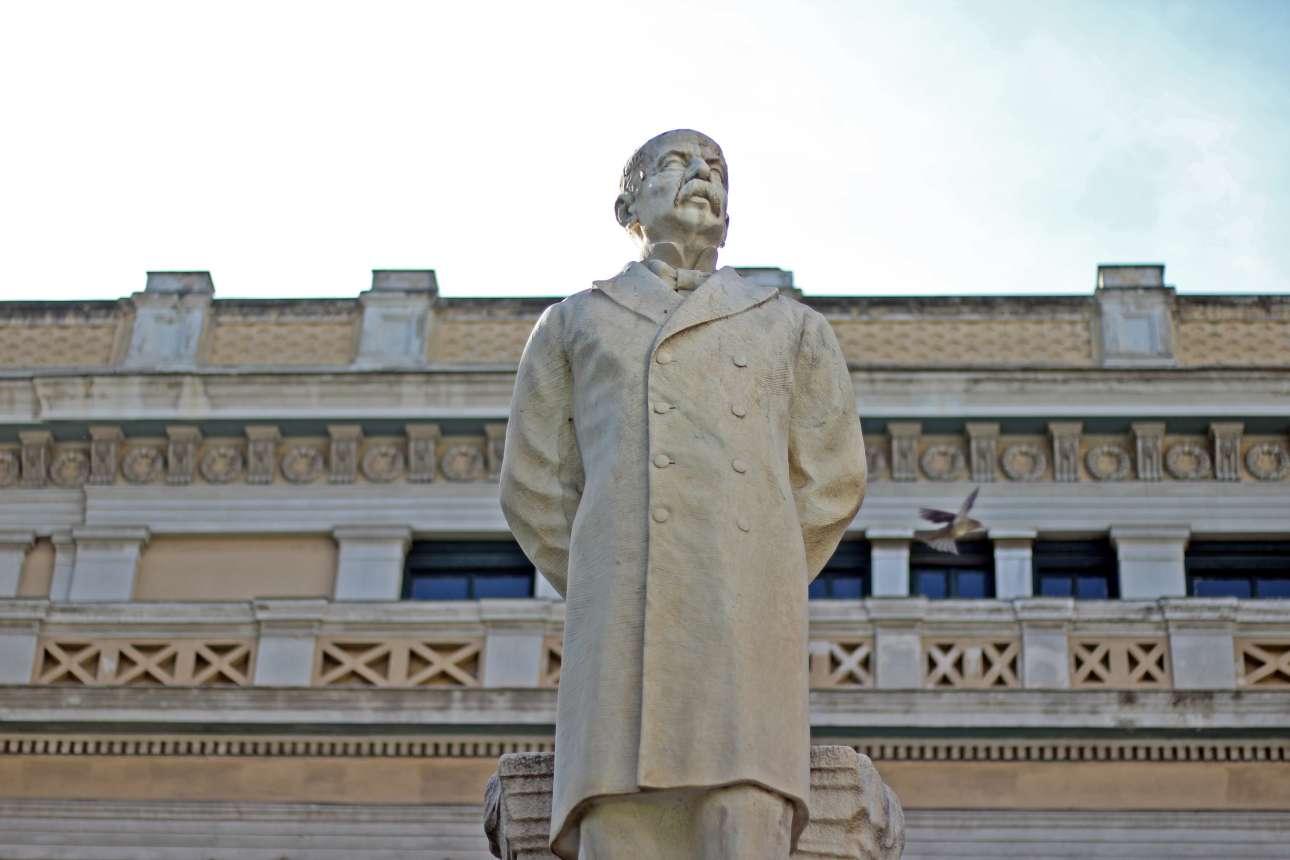 Το άγαλμα του Χαρίλαου Τρικούπη στον περίβολο της Παλαιάς Βουλής