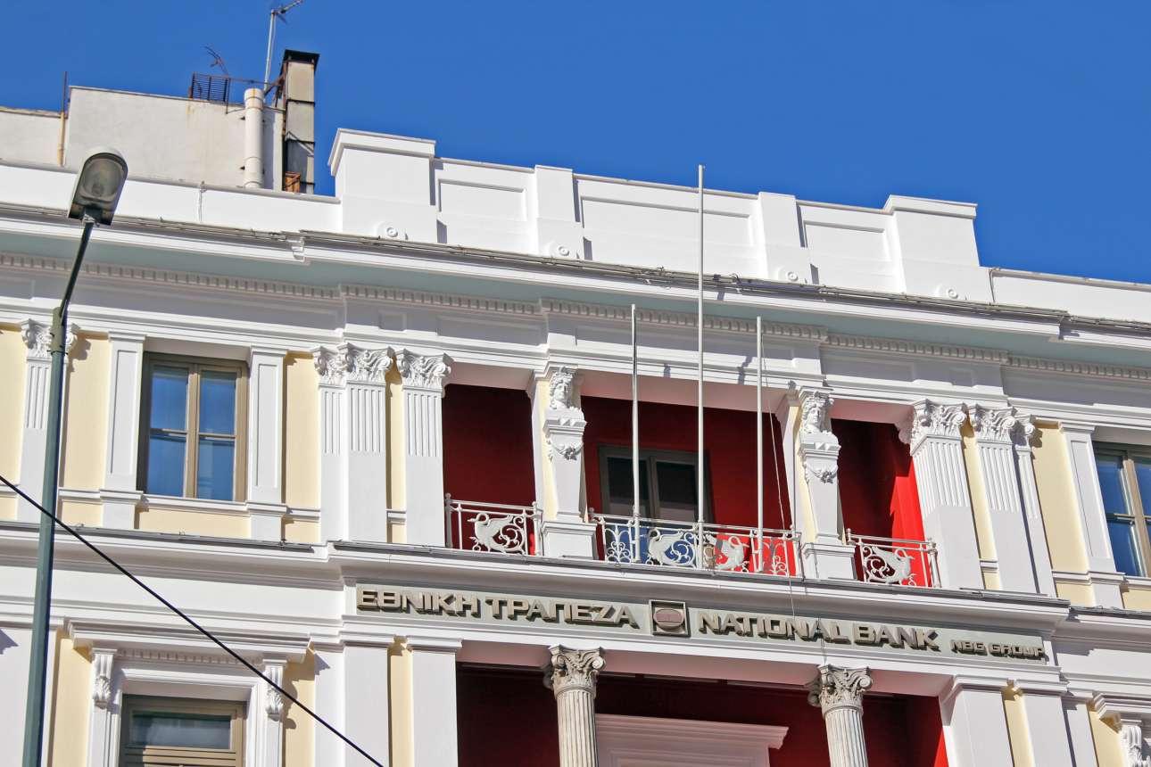 Το ανακαινισμένο κτίριο της Εθνικής Τράπεζας στις γραμμές του εκλεκτικιστικού ιστορισμού στην Ομόνοια. Χτίστηκε το 1910 - 1914 και στην αρχή λειτούργησε ως ξενοδοχείο με την επωνυμία «Βικτώρια» και στη συνέχεια ως «Εξέλσιορ». Το κτίριο πέρασε σταδιακά στην ιδιοκτησία της Εθνικής Τράπεζας και το 1979 οι όψεις του χαρακτηρίστηκαν διατηρητέες από το υπουργείο Πολιτισμού