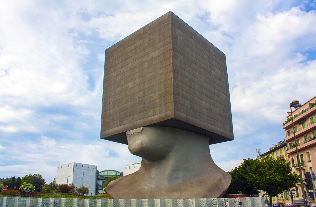 Το κτίριο - γλυπτό La Tete Carrée ύψους 30 μέτρων στεγάζει βιβλία και γραφεία στη Νίκαια και μας προσκαλεί να «σκεφτούμε μέσα στο κουτί»