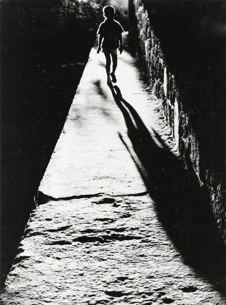 «Νύχτα #1». Οι εικόνες που παρουσιάζονται στην έκθεση επικεντρώνονται στην αναζήτηση ασυνήθιστων ιστοριών που ξεπηδούν μέσα από καθημερινές σκηνές