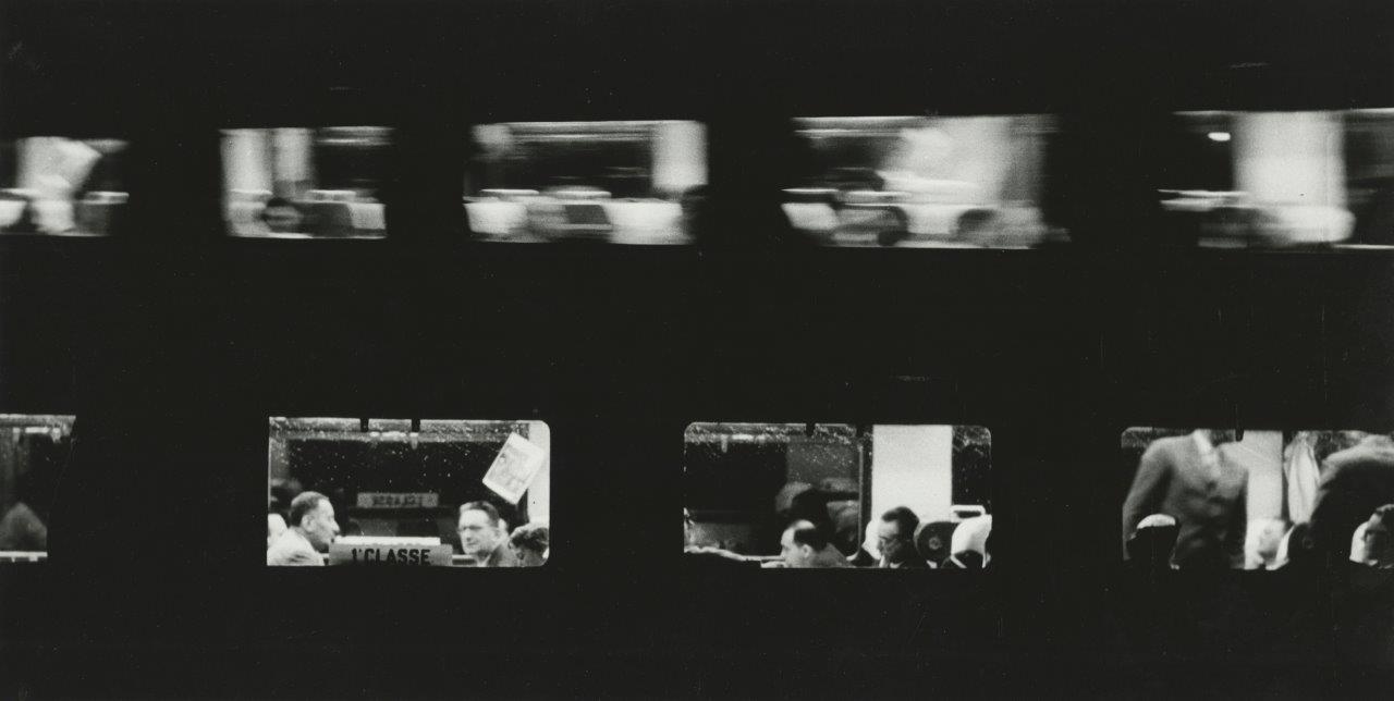 Ατμοσφαιρική φωτογραφία από βαγόνια τρένων που μοιάζει με αρνητικό φιλμ