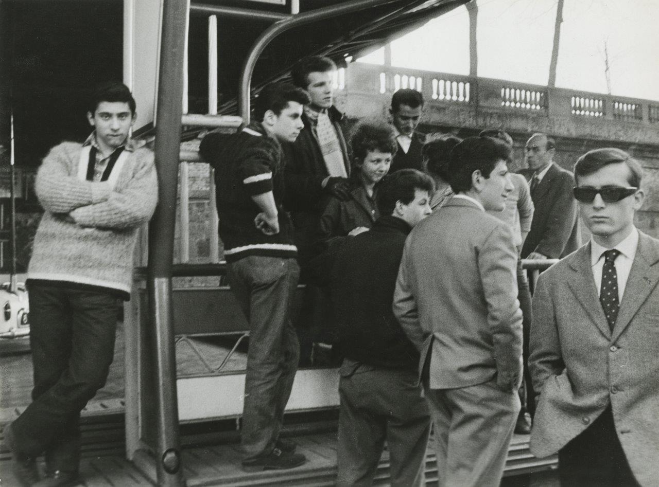«Οι νέοι του σήμερα» στο Μιλάνο, το 1961. Η ιταλική νεολαία θέλει να μοιάζει με τους Αμερικάνους, εξ ου και το τραγούδι «Tu vuò fa l'Americano» του Ρενάτο Καροσόνε