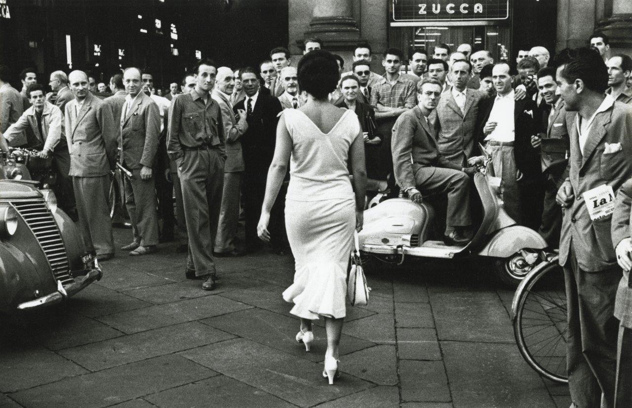 «Οι Ιταλοί γυρίζουν» ο τίτλος της φωτογραφίας του Μάριο ντε Μπιάσι, ο οποίος ξεκίνησε να βγάζει φωτογραφίες το 1944 με μία κάμερα που βρήκε στα ερείπια της Νυρεμβέργης