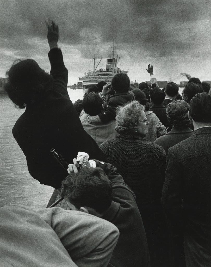 Κόσμος συγκεντρωμένος στο λιμάνι της Γένοβας αποχαιρετά τον «Χριστόφορο Κολόμβο» που σαλπάρει για το αμερικανικό όνειρο