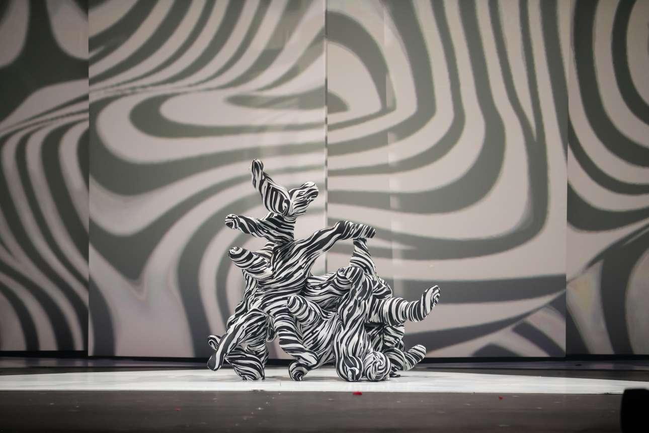«Kβάντο» («Quantum»). Aναπαράσταση των ατομικών σωματιδίων με ένα κοστούμι φτιαγμένο από lycra, λάτεξ και αέρα από την Ισπανίδα Αναμπελ Γουίντμαν