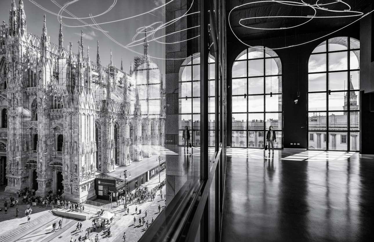 Η «Πιάτσα ντελ Ντουόμο» όπως φαίνεται από το «Museo del 900's Arengario Balconi» στο Μιλάνο που σχεδιάστηκε από τους Ιταλο Ρότα και Φάμπιο Φορνασάρι