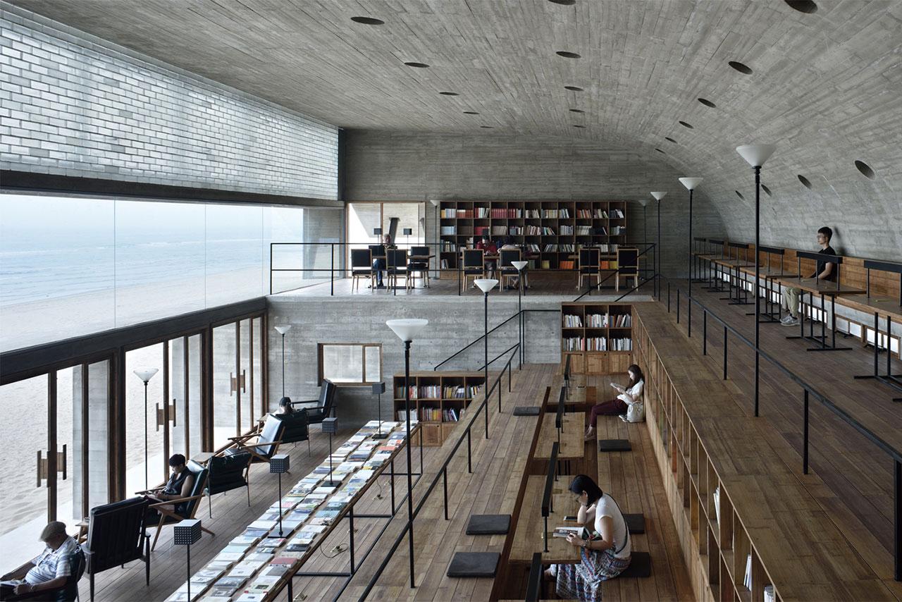 Η δημόσια βιβλιοθήκη του Qinhuangdao στην Κίνα είναι χτισμένη από τσιμέντο και ξύλο πάνω στην ακτή. Την αποκαλούν την «πιο μοναχική βιβλιοθήκη» της Κίνας εξαιτίας της ηρεμίας που επικρατεί στο εσωτερικό και των άγριων κυμμάτων του ωκεανού που έχει για θέα εξωτερικά