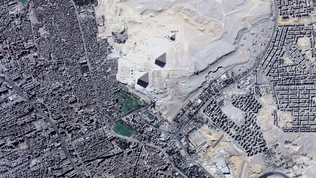 Γκίζα, η πλέον τουριστική περιοχή της Αιγύπτου: διακρίνονται οι τρεις πυραμίδες και μέρος της πόλης η οποία πια έχει ενωθεί με το Κάιρο