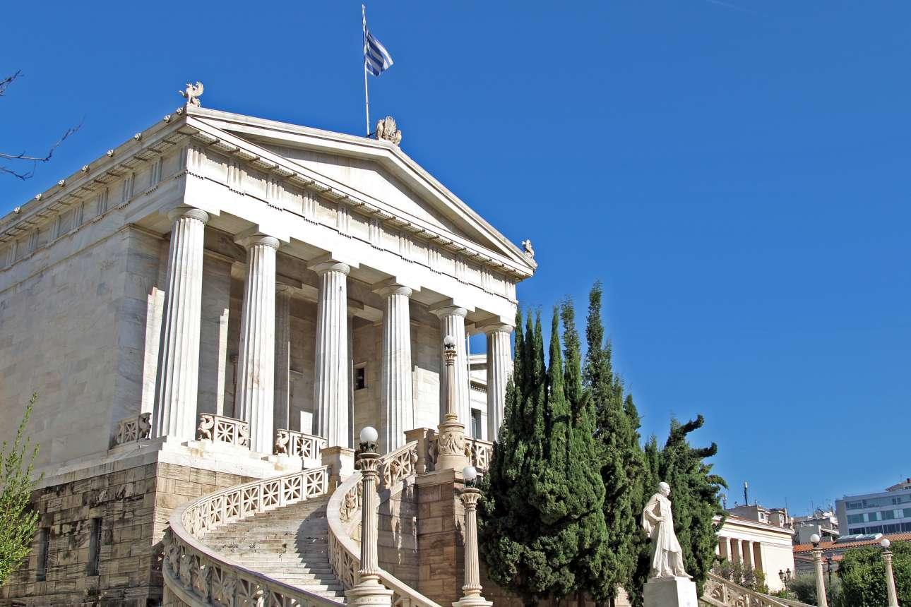 Το μαρμάρινο νεοκλασικό κτίριο της Εθνικής Βιβλιοθήκης, σχεδιασμένο από τον Θεόφιλο Χάνσεν υπό την επίβλεψη του Ερνέστου Τσίλλερ