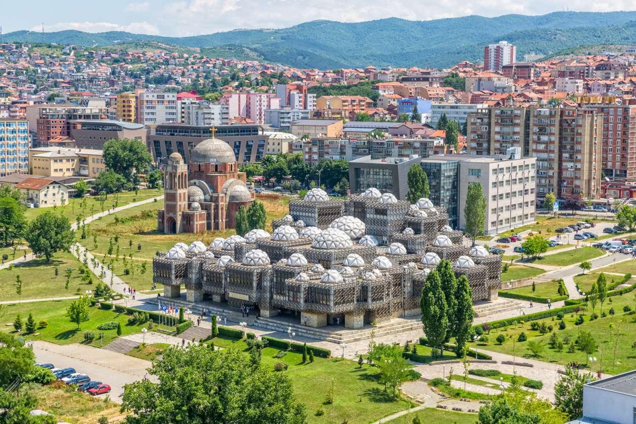 Η παράδοση συναντά τον φουτουρισμό: αεροφωτογραφία της κρατικής βιβλιοθήκης του Κοσόβου στην Πρίστινα