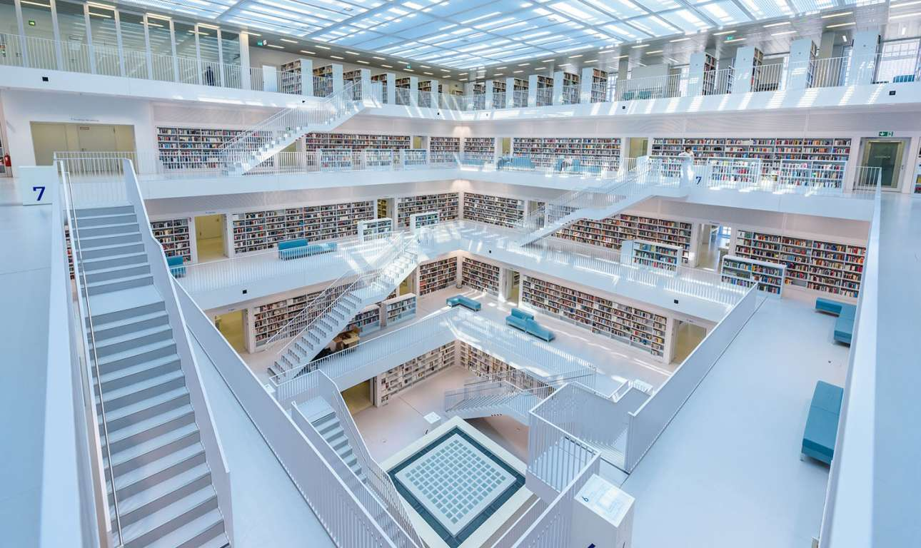 Το μοντέρνο εσωτερικό της βιβλιοθήκης της Στουτγάρδης