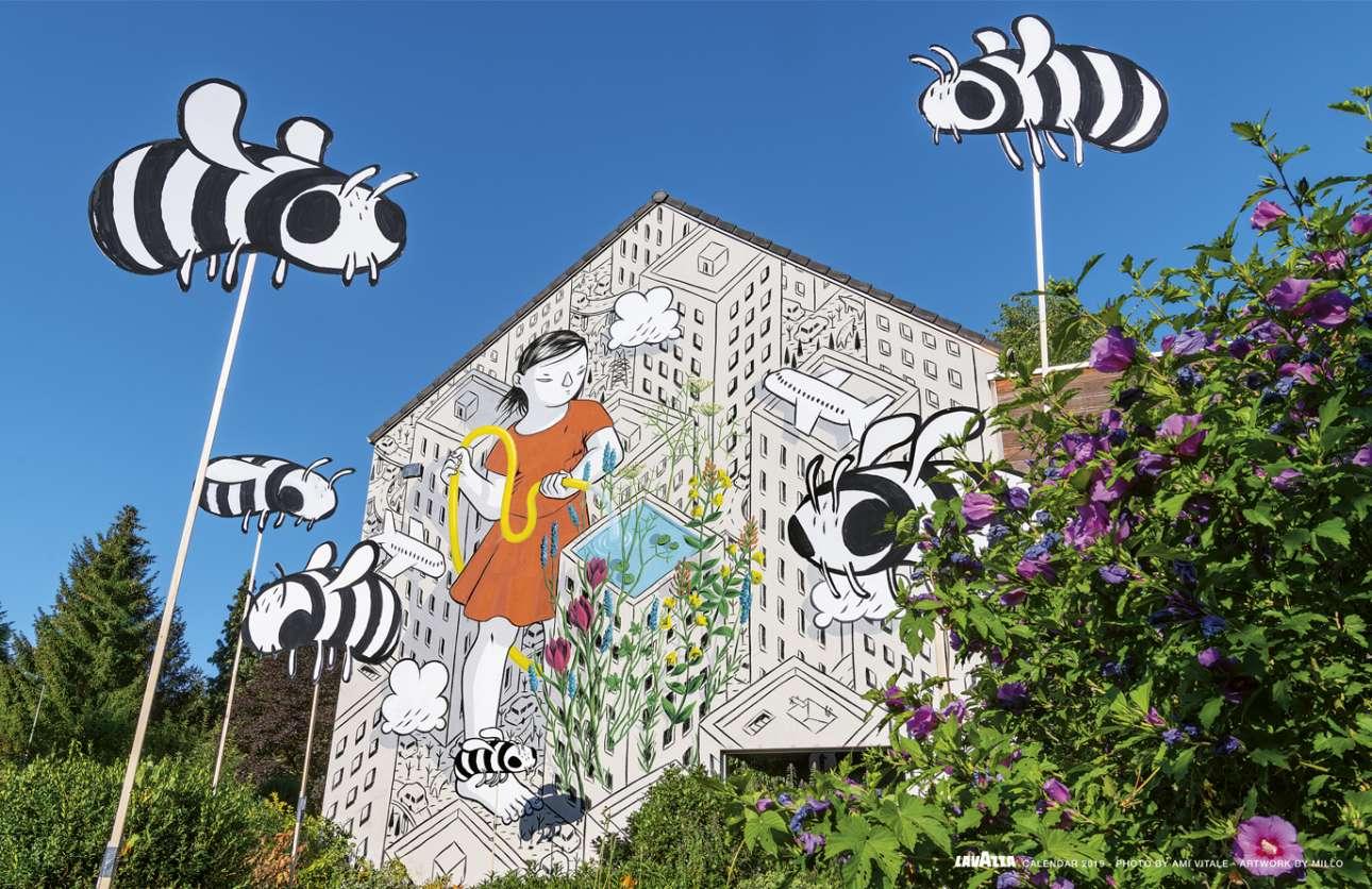Στο Βέλγιο, μία επιβλητική τοιχογραφία γιορτάζει την αναγέννηση της Γκενκ, μίας πρώην βιομηχανικής περιοχής εξόρυξης άνθρακα, η οποία χάρη σε έναν νέο κύκλο βιώσιμης ανάπτυξης έχει υποδεχτεί την επιστροφή του πληθυσμού των μελισσών