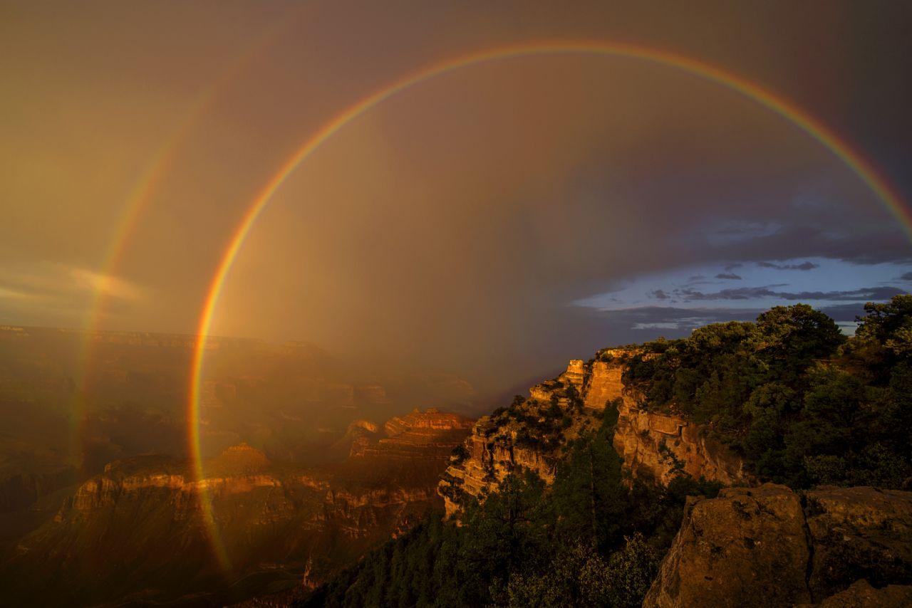 Εντυπωσιακό διπλό ουράνιο τόξο πάνω από το φαράγγι Γκραν Κάνυον στην Αριζόνα