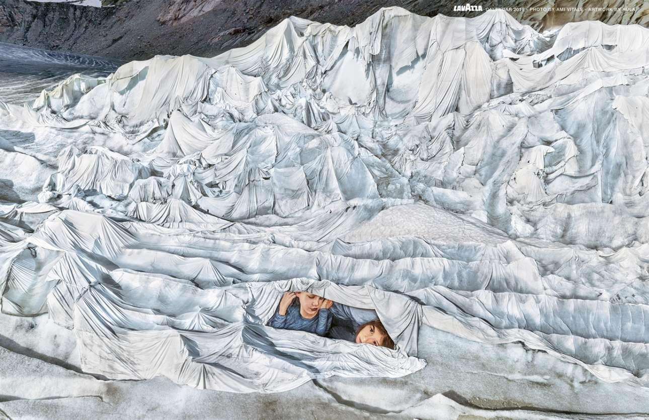 Κουρνιασμένο ανάμεσα στις ψηλότερες κορυφές των ελβετικών Άλπεων συναντούμε ένα εντυπωσιακό πορτρέτο δύο παιδιών που έχουν βρει καταφύγιο από το κρύο και τον παγετώνα του Ρον που λιώνει, κάτω από ένα κάλυμμα από γεωύφασμα