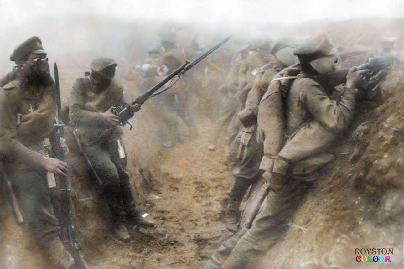 Ρώσοι στρατιώτες στο Ανατολικό μέτωπο προσπαθούν να προστατευθούν μέσα σε ένα χαράκωμα φορώντας ειδικές μάσκες αερίου. Ο πόλεμος των χαρακωμάτων αποτέλεσε μια φριχτή μορφή μάχης στην οποία ο αμυντικός είχε το πλεονέκτημα