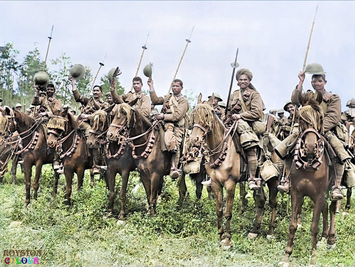 Το ινδικό ιππικό εφορμά στο Σομ, στις 14 Ιουλίου 1916. Στον Α' Παγκόσμιο Πόλεμο ο Ινδικός Στρατός πολέμησε κατά της Γερμανικής Αυτοκρατορίας στην Ανατολική Αφρική (που τότε ανήκε στη Γερμανία) και στο Δυτικό μέτωπο. Πάνω από ένα εκατομμύριο Ινδοί στρατιώτες υπηρέτησαν στο εξωτερικό, εκ των οποίων 62.000 πέθαναν και άλλοι 67.000 τραυματίστηκαν. Συνολικά, τουλάχιστον 74.187 Ινδοί στρατιώτες πέθαναν κατά τη διάρκεια του πολέμου