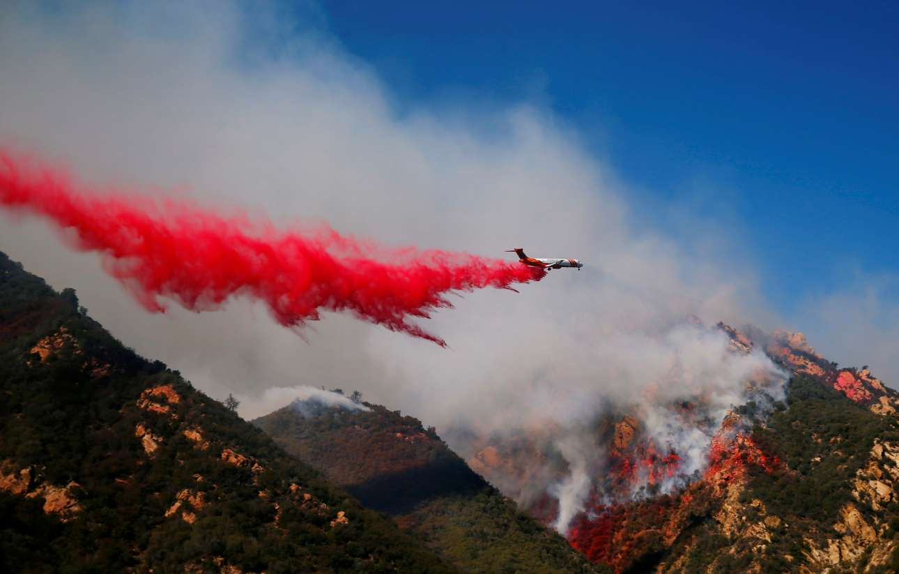 Δευτέρα, 12 Νοεμβρίου, ΗΠΑ. Η Καλιφόρνια στις φλόγες. Αεροπλάνο επιχειρεί πάνω από βουνό που καίγεται στο Μαλιμπού