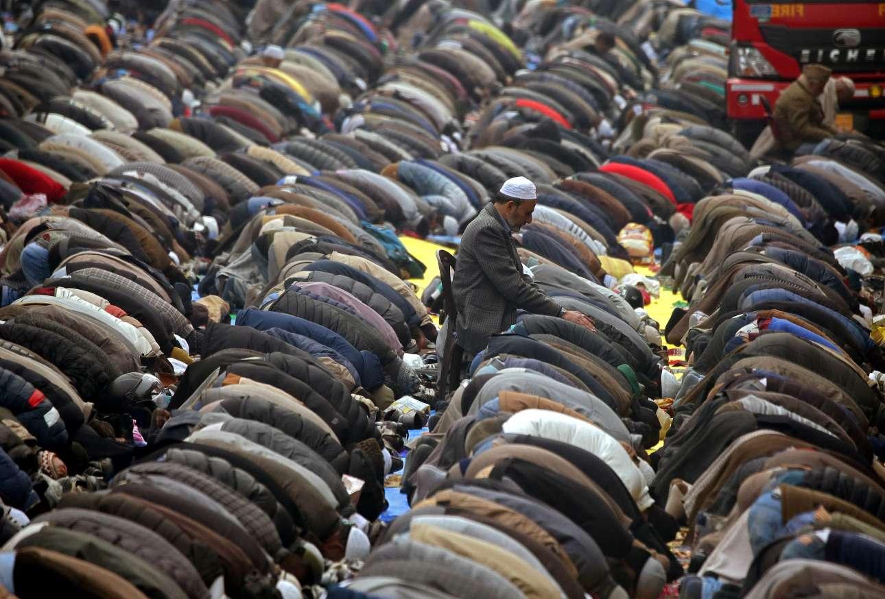 Δευτέρα, 12 Νοεμβρίου, Ινδία. Ανθρωποι προσεύχονται με αφορμή το Khoja Digar στη Σριναγκάρ