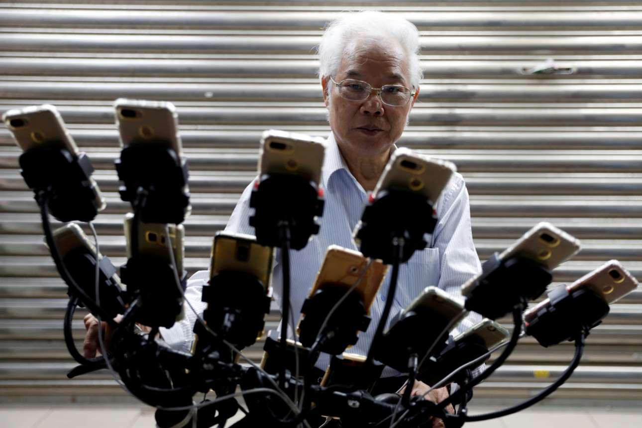 Τρίτη, 13 Νοεμβρίου, Ταϊβάν. Ο 70χρονος Chen San-yuan, οδηγεί το ποδήλατό του ενώ παίζει «Pokemon Go» σε 15 κινητά τηλέφωνα ταυτόχρονα, στη Νέα Ταϊπέι