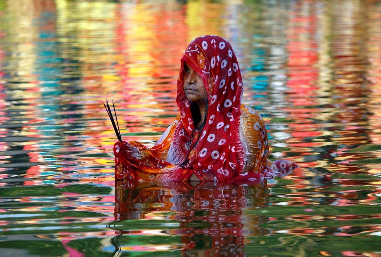 Τρίτη, 13 Νοεμβρίου, Ινδία. Γυναίκα προσεύχεται στον θεό Ήλιο, κατά τη διάρκεια του Chhath Puja, στην Αγκαρτάλα