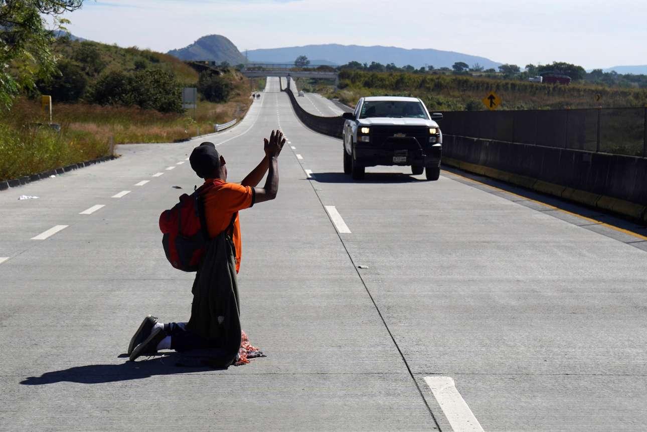 Τετάρτη, 14 Νοεμβρίου, Μεξικό. Μετανάστης κάνει ωτοστόπ σε αυτοκίνητο που πρόκειται να διασχίσει τα σύνορα του Μεξικό με τις ΗΠΑ
