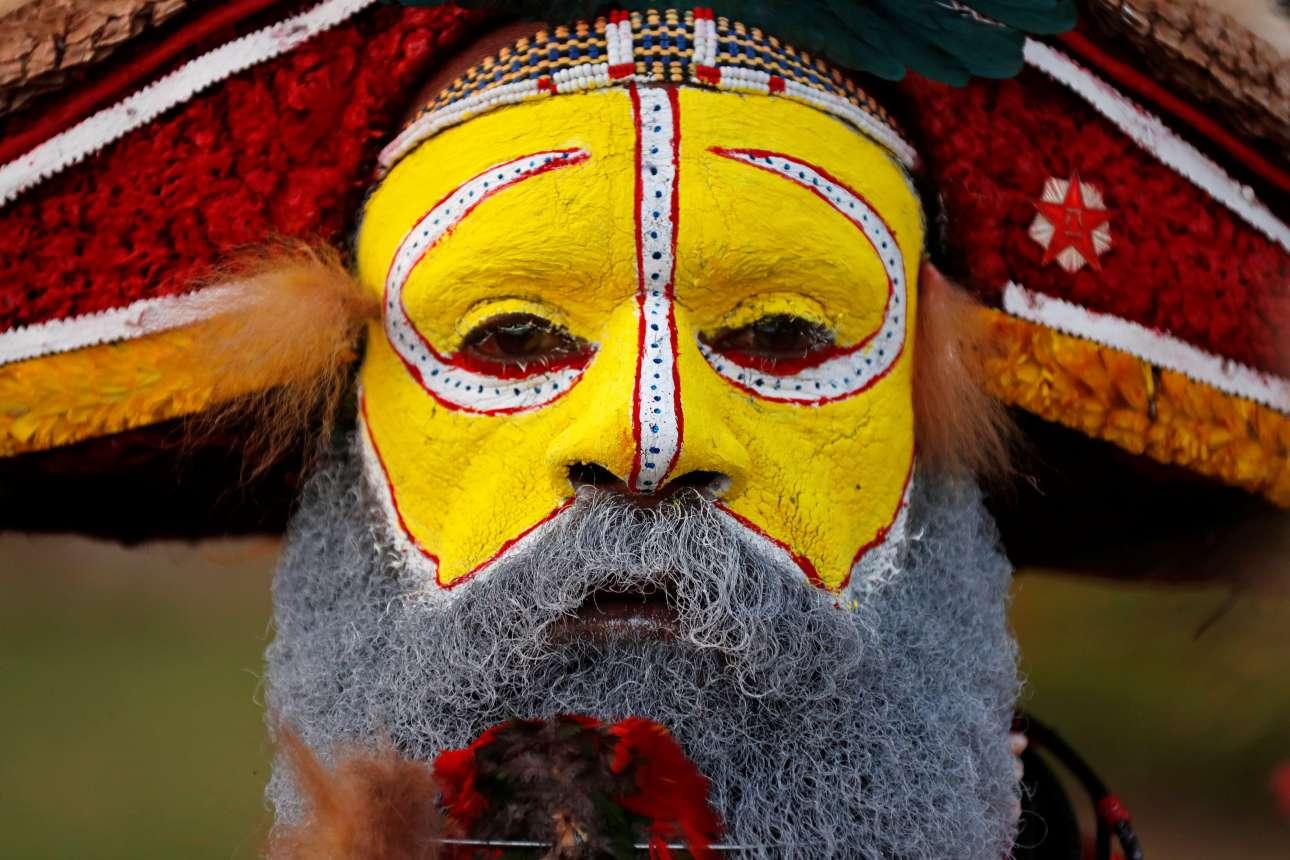 Πέμπτη, 15 Νοεμβρίου, Παπούα Νέα Γουινέα. Παραδοσιακός χορευτής συμμετέχει στις εκδηλώσεις υποδοχής του κινέζου προέδρου Σι Τζινπίνγκ στο Πορτ Μόρεσμπι, έξω από τον χώρο όπου πραγματοποιήθηκε η Σύνοδος των 21 χωρών της Οικονομικής Συνεργασίας Ασίας - Ειρηνικού (APEC) στις 17 και 18 Νοεμβρίου
