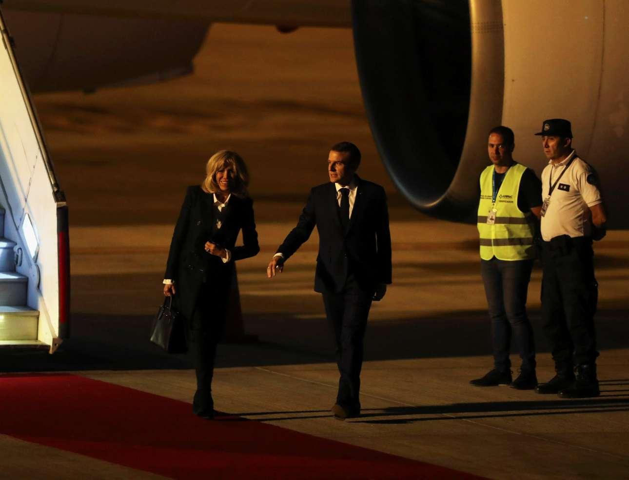 Εξαιτίας ενός λάθους, κανένας επίσημος δεν περίμενε τον Εμανουέλ Μακρόν και τη σύζυγό του στο αεροδρόμιο - πέρα από υπαλλήλους με... κίτρινα γιλέκα