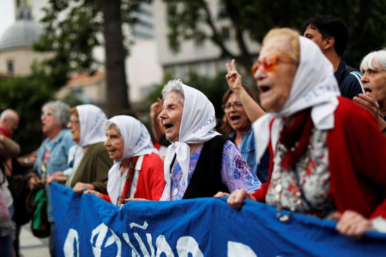 Οι «Μητέρες της πλατείας του Μαΐου» εδώ και δεκαετίες διαδηλώνουν για τα παιδιά τους που εξαφανίστηκαν από τη χούντα του Χόρχε Βιντέλα τη δεκαετία του '70