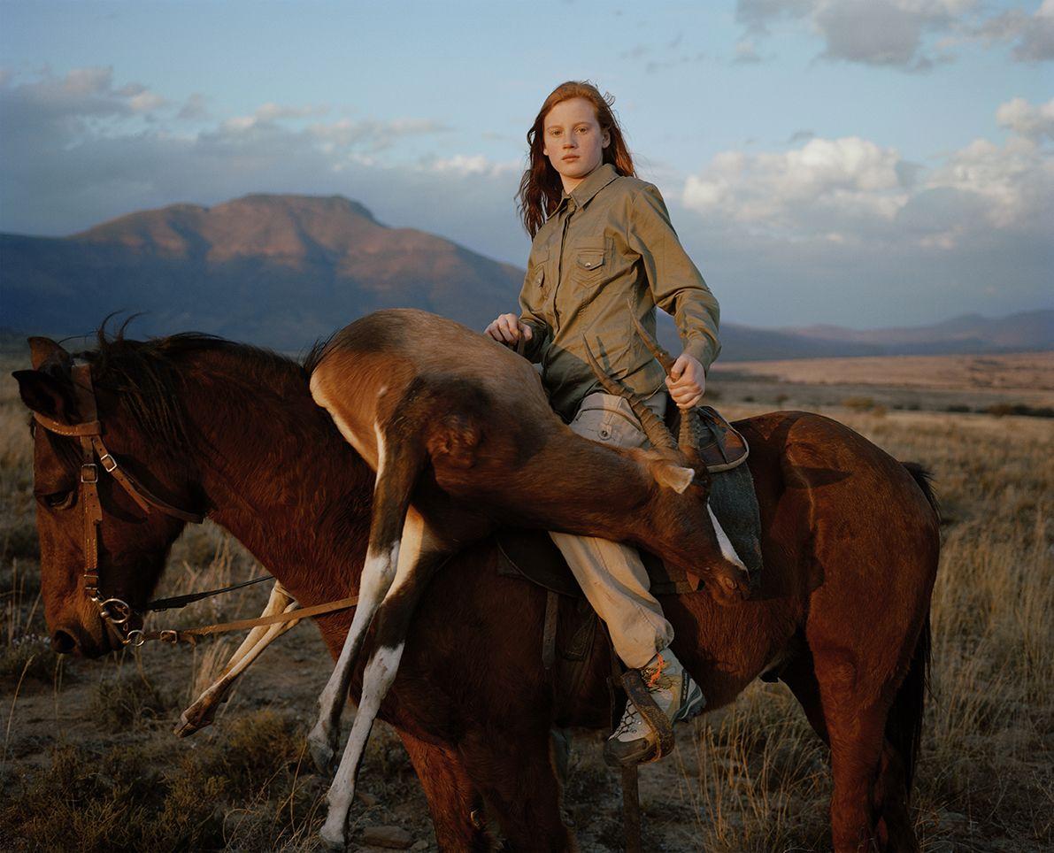 Βραβείο στην κατηγορία Αφήγηση. O βρετανός φωτογράφος αποτυπώνει σε υπέροχα πορτρέτα κυνηγούς ζώων που σκοτώνουν για χόμπι. Στη φωτογραφία ένα 13χρονο κορίτσι από τις ΗΠΑ ποζάρει με μία σκοτωμένη αντιλόπη στη Νότια Αφρική
