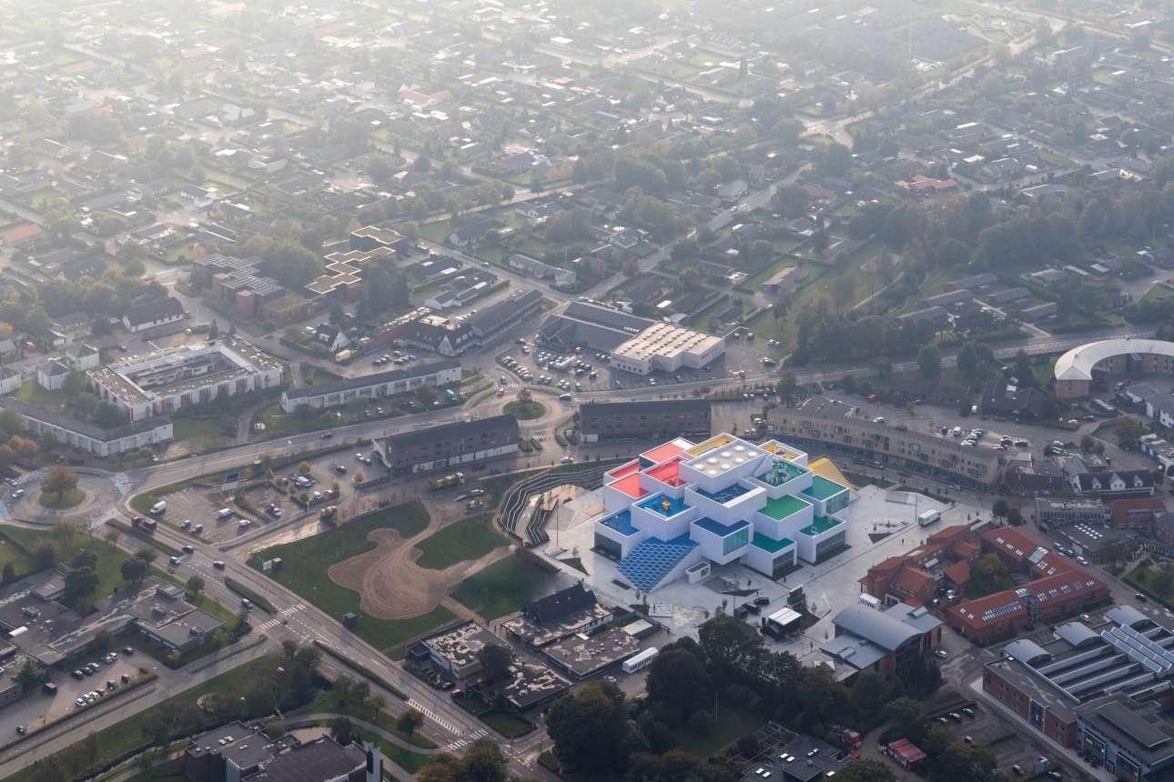 Ενα απίθανο κτίριο αφιερωμένο στη LEGO, φτιαγμένο από 21 τεράστια λευκά τουβλάκια, στο Μπιλούντ της Δανίας