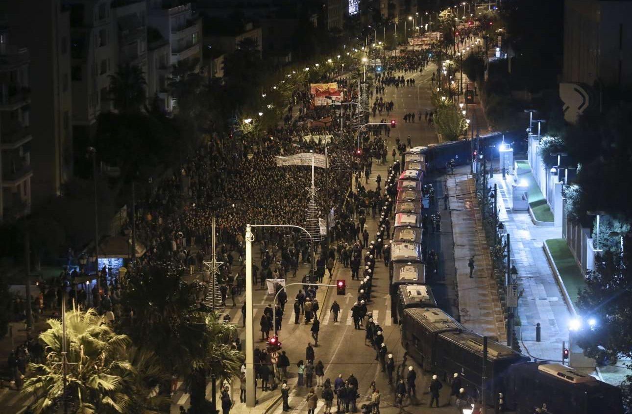 Σάββατο, 17 Νοεμβρίου, Αθήνα. Η κεφαλή της πορείας για την επέτειο του Πολυτεχνείου φτάνει μπροστά στην αμερικανική πρεσβεία. Εκεί βρίσκονται 17 κλούβες των ΜΑΤ και αρκετές διμοιρίες που έχουν περικυκλώσει την πρεσβεία