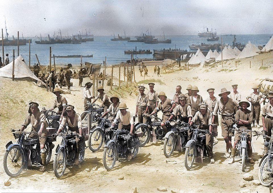 Αυτή η εικόνα μιας ομάδας στρατιωτών της Αυστραλίας και της Νέας Ζηλανδίας με μοτοσικλέτες στη Καλλίπολη το 1915 είναι μέρος της επιχρωματισμένης συλλογής. Οι πρωτότυπες ασπρόμαυρες φωτογραφίες αποχρωματίστηκαν από τον ουαλό ηλεκτρολόγο Ρόιστον Λέοναρντ