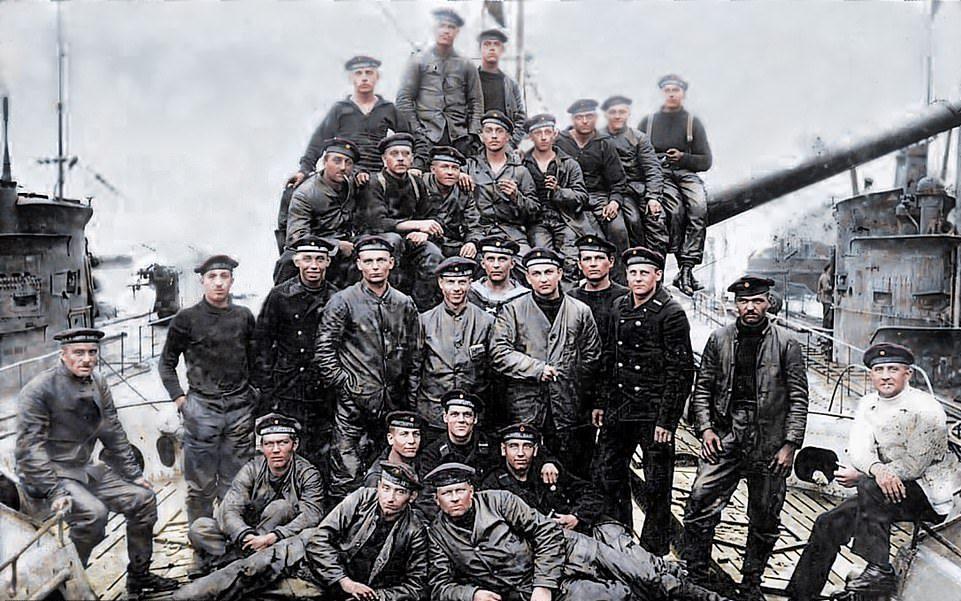 Γερμανοί ναύτες ποζάρουν για μια φωτογραφία σε ένα υποβρύχιο πριν από μια ναυμαχία. Το 1914 η Βρετανία είχε το μεγαλύτερο και ισχυρότερο ναυτικό στον κόσμο και περισσότερους από 200.000 ναυτικούς. Το γερμανικό ναυτικό ήταν το δεύτερο μεγαλύτερο στον κόσμο