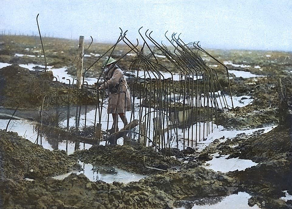 Ένας στρατιώτης έρημος και μόνος περνάει μέσα από τους βάλτους του Ζονεμπέκε στη μάχη του Πασεντέλε της Γαλλίας –μια μάχη ευρύτερα γνωστή για το ότι έλαβε χώρα μέσα σε ένα λασπωμένο τοπίο. Η μάχη πραγματοποιήθηκε στο Δυτικό Μέτωπο, από τον Ιούλιο έως τον Νοέμβριο του 1917. Αυτή η φωτογραφία αποτελεί μέρος μιας συλλογής που έχει επιχρωματιστεί για να ζωντανέψει τη ζοφερή πραγματικότητα του πολέμου