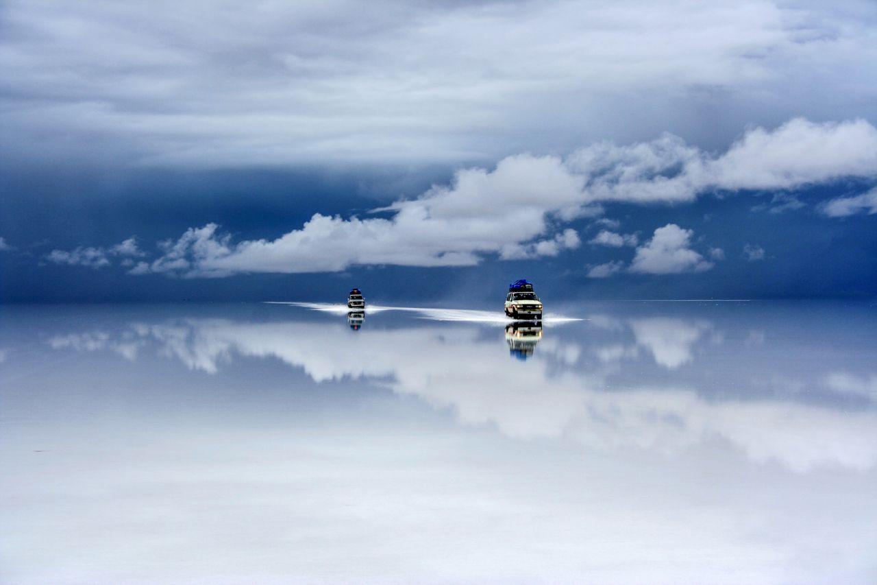 Η βροχή μετατρέπει το λευκό αλάτι σε έναν απέραντο καθρέφτη, στη μαγευτική έρημο από αλάτι στη Βολιβία
